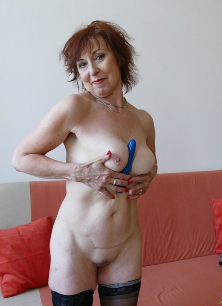 Older mature babe Amy D toying her pussy.